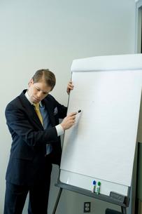 会議室でプレゼンテーションするビジネスマンの写真素材 [FYI04070963]
