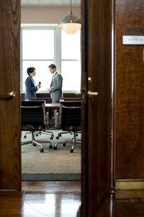 オフィスで話し合いをする男女の写真素材 [FYI04070972]