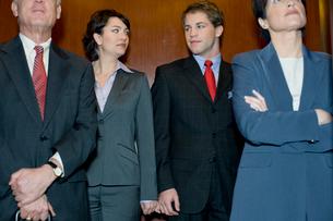 エレベータで手を繋ぐスーツ姿の男女の写真素材 [FYI04070986]
