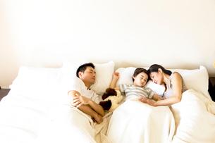 昼寝をする家族3人の写真素材 [FYI04071003]