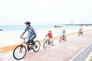 自転車で走る家族4人の写真素材 [FYI04071017]