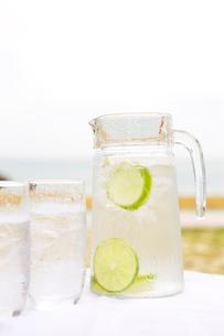 ピッチャーとグラスに入った水の写真素材 [FYI04071026]