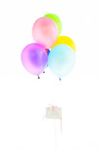 カラフルな風船と手紙の写真素材 [FYI04071085]