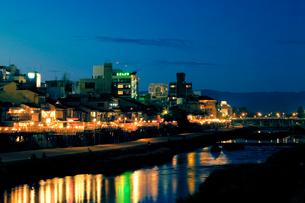 鴨川と三条大橋の写真素材 [FYI04071405]