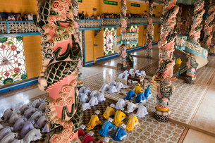 カオダイ教寺院 祈りの写真素材 [FYI04071430]
