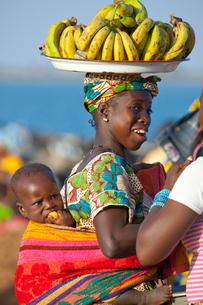 バナナを売る女性の写真素材 [FYI04071483]