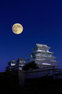 姫路城 月の写真素材 [FYI04071590]