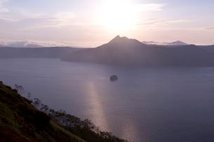 霧の摩周湖の写真素材 [FYI04072191]