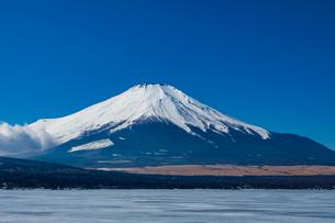 結氷の山中湖の写真素材 [FYI04072313]