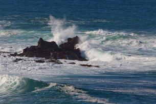 岩と波の写真素材 [FYI04072419]