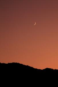 小倉山と月の写真素材 [FYI04072498]