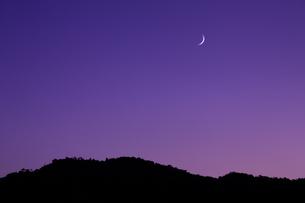 小倉山と月の写真素材 [FYI04072499]
