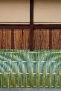 京町家の青竹の犬矢来の写真素材 [FYI04072507]