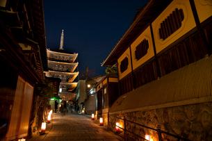 八坂の塔のライトアップ(花登路)の写真素材 [FYI04072509]