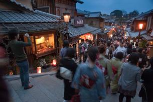清水寺の二年坂のライトアップ(花登路)の写真素材 [FYI04072512]