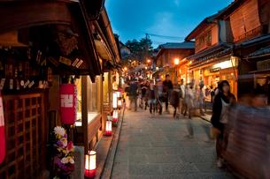 清水寺の産寧坂のライトアップ(花登路)の写真素材 [FYI04072513]