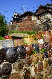 焼酎瓶の垣と民家 やきもの散歩道の写真素材 [FYI04072535]