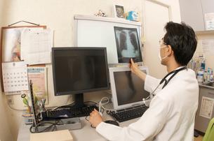 レントゲン写真を診断中の医者の写真素材 [FYI04072595]