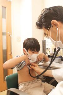 子供に聴診器をあて診察中の医者の写真素材 [FYI04072596]