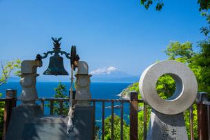 恋人岬展望台金の鐘と富士山の写真素材 [FYI04072734]