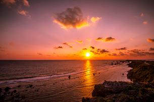 日の出と東平安名崎の写真素材 [FYI04073214]