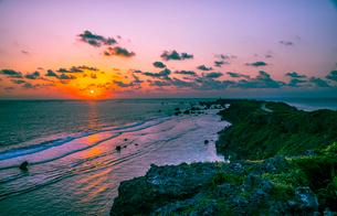 宮古島 東平安名崎と日の出の写真素材 [FYI04073218]
