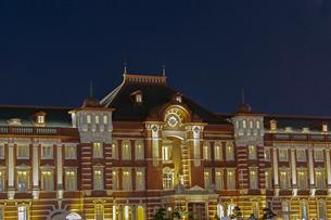 東京駅ライトアップの写真素材 [FYI04073534]