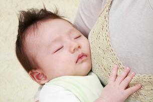 母親に抱かれて眠る赤ちゃんの写真素材 [FYI04073613]