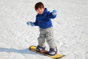 スノーボードを楽しむ子供の写真素材 [FYI04073616]