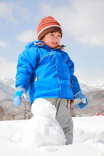 雪遊びをする子供の写真素材 [FYI04073617]