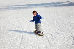 スノーボードを楽しむ子供の写真素材 [FYI04073618]