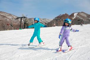 スキーを楽しむ子供の写真素材 [FYI04073620]