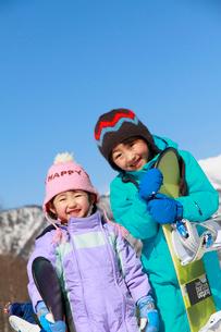 スノーボードを持っている子供たちの写真素材 [FYI04073621]