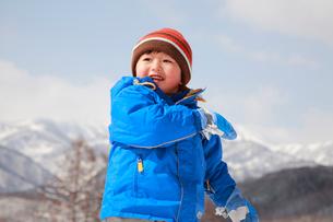 雪遊びをする子供の写真素材 [FYI04073622]