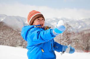 雪遊びをする子供の写真素材 [FYI04073623]