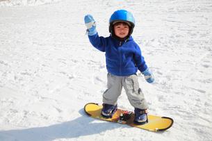 スノーボードを楽しむ子供の写真素材 [FYI04073625]