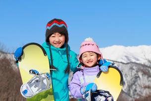 スノーボードを持っている子供たちの写真素材 [FYI04073627]