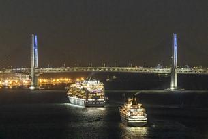 横浜港から旅立つダイヤモンドプリンセスとパシフィックビーナスの写真素材 [FYI04073680]