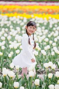 チューリップ畑で笑う女の子の写真素材 [FYI04073687]