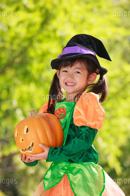 ハロウィン衣装を着た女の子の写真素材 [FYI04073693]