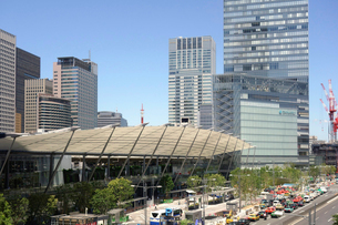 東京駅八重洲口と街並の写真素材 [FYI04073707]