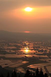 砺波平野の散居村夕景の写真素材 [FYI04073789]