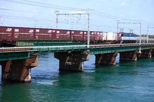 浜名湖を渡るEF210牽引貨物列車の写真素材 [FYI04073877]