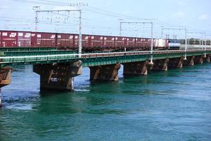 浜名湖を渡るEF210牽引貨物列車の写真素材 [FYI04073879]