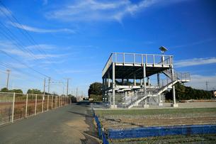 津波避難タワーと東海道本線の線路の写真素材 [FYI04073893]