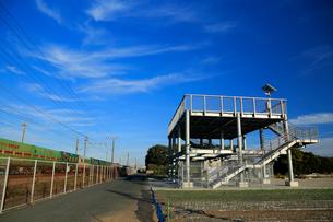 津波避難タワーと東海道本線を走行する貨物列車の写真素材 [FYI04073895]