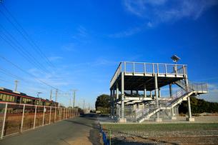 津波避難タワーと東海道本線を走行する貨物列車の写真素材 [FYI04073896]