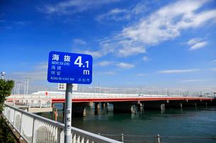 海抜表示の標識と新幹線と浜名湖の写真素材 [FYI04073898]