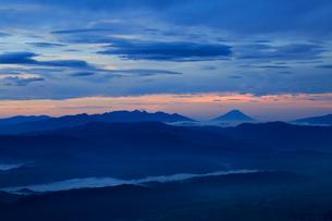 富士山と八ヶ岳遠望の写真素材 [FYI04073909]