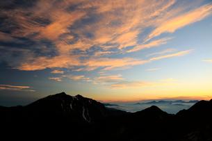 爺ヶ岳から朝の鹿島槍ヶ岳を望むの写真素材 [FYI04073917]